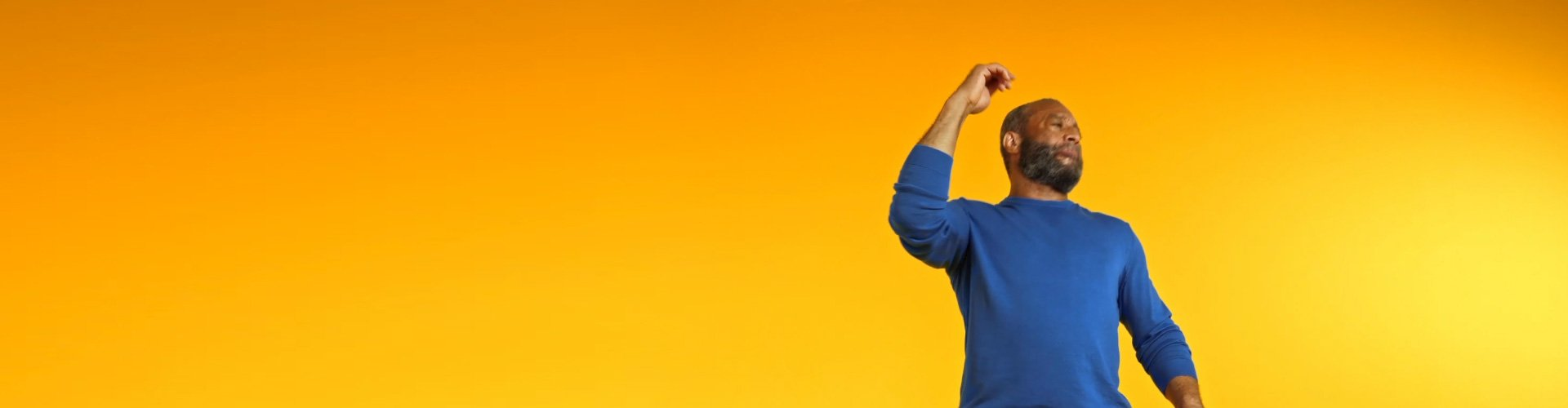 Mann trägt Philips HearLink und freut sich darüber, dass er mit den Hörgeräten wieder Musik hören kann.