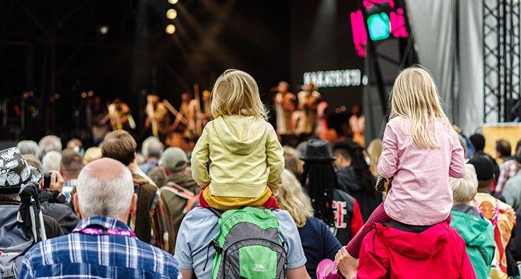 Wenn Sie sehr lauten Geräuschen wie bei einem Konzert ausgesetzt sind, sollten Sie Ihr Gehör schützen, um einen Hörverlust zu vermeiden.