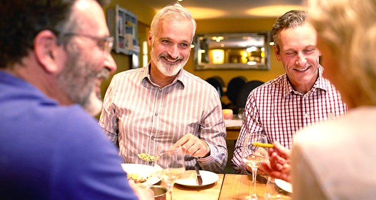 Wenn Sie sich anstrengen, Gespräche in sozialen Situationen wie in einem Restaurant zu hören, haben Sie eventuell einen Hörverlust.