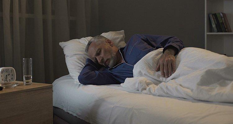 Ihr Gehör ist immer aktiv, auch im Schlaf. Das Gehirn ignoriert die meisten eingehenden Geräusche einfach.