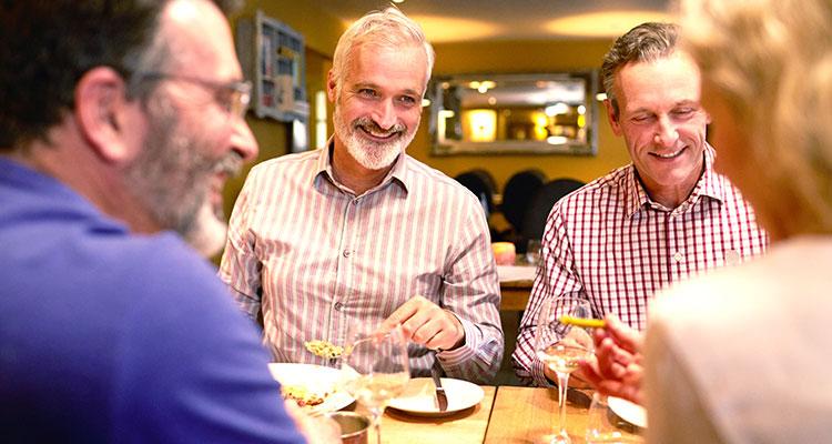 Quizá tengas pérdida auditiva si notas que te esfuerzas para escuchar conversaciones en situaciones sociales como en un restaurante.