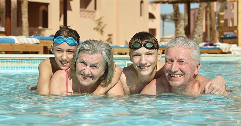 zomer-zwembad-familie-hoorapparaat