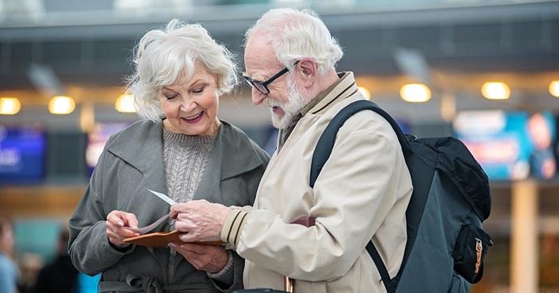koppel-luchthaven-reizen-met-hoorapparaat