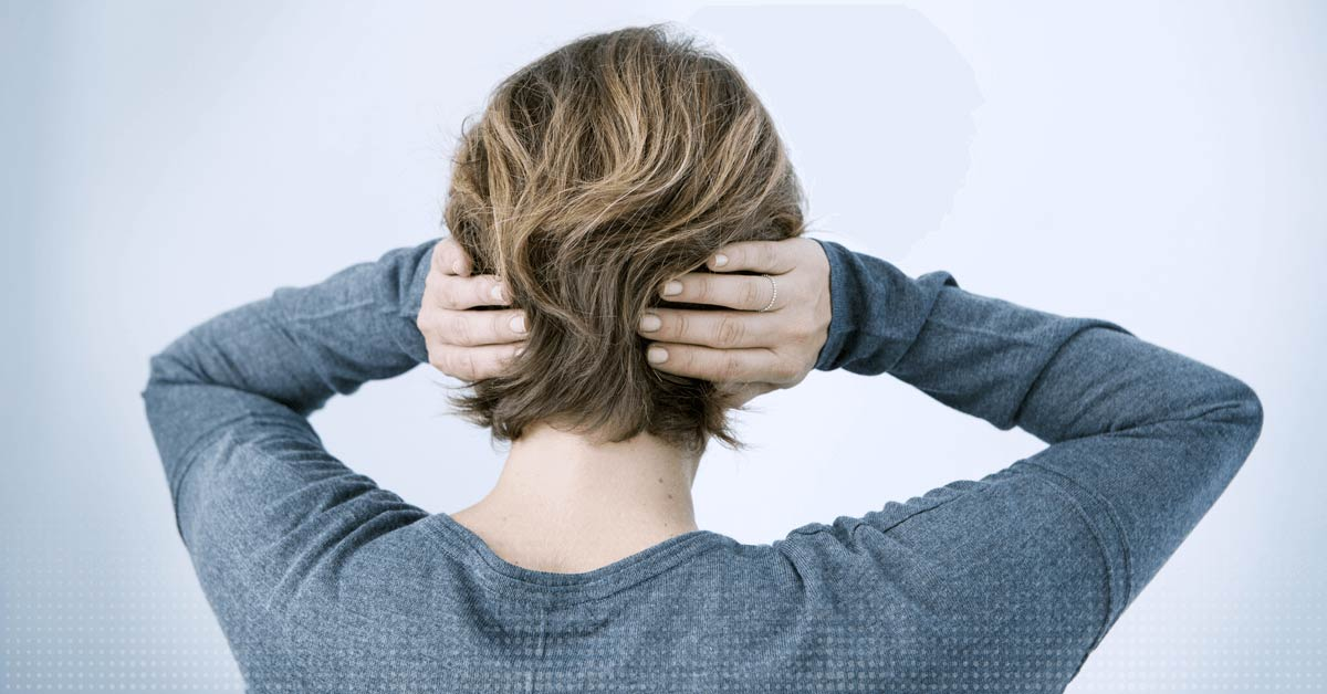 Une femme couvre ses oreilles
