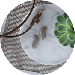 Prothèses auditives dans la coque