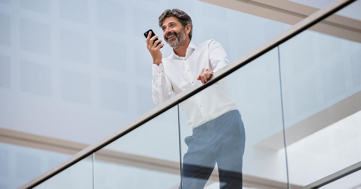 Un homme d'affaires passe des appels téléphoniques avec son smartphone