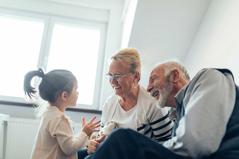 Les grands-parents jouent avec leur petite-fille
