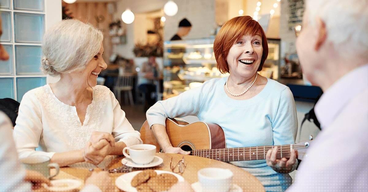 les personnes plus âgées jouent de la guitare