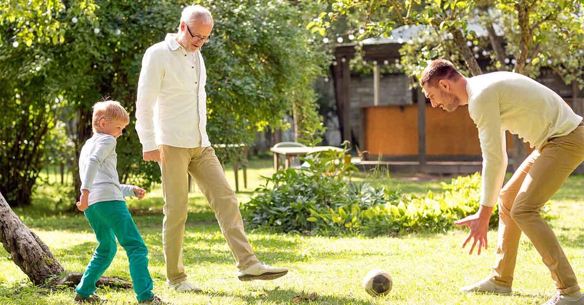 3 générations jouant dans le jardin
