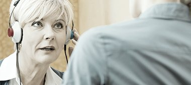 Une femme fait un test auditif chez l'acousticienne en ce moment même.