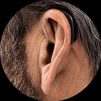 Oreille avec un aide auditif derrière l'oreille