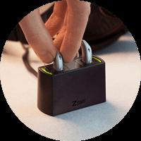 Photo de l'appareil auditif Oticon Opn avec une station de charge de batterie