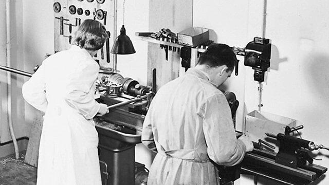 Photo en noir et blanc d'une usine Oticon