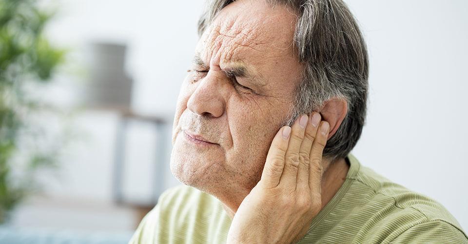 L'homme s'accroche à l'oreille