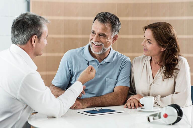 Un couple marié a une consultation avec l'audioprothésiste
