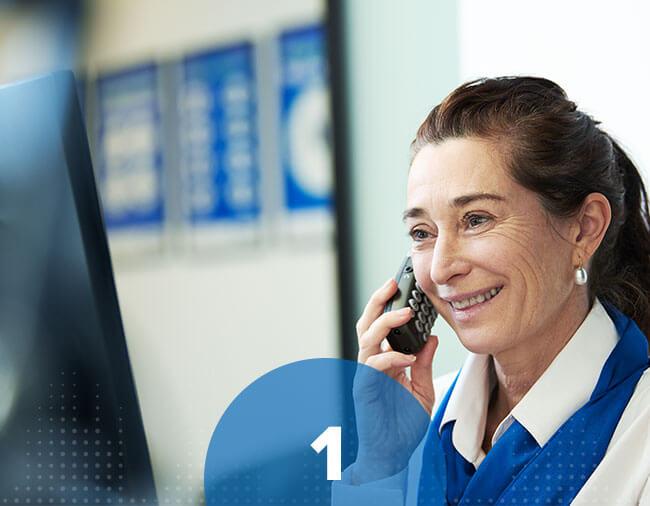 Une audioprothésiste au téléphone