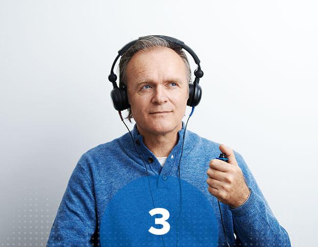 Un homme fait le test auditif