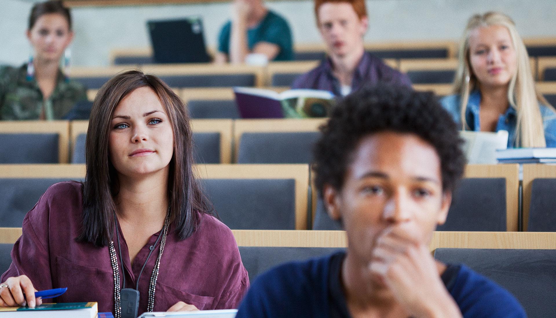 jeunes étudiants en amphi pour un cours d'école business
