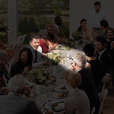 repas entre amis avec faisceau de lumière dirigé vers une personne - directivité