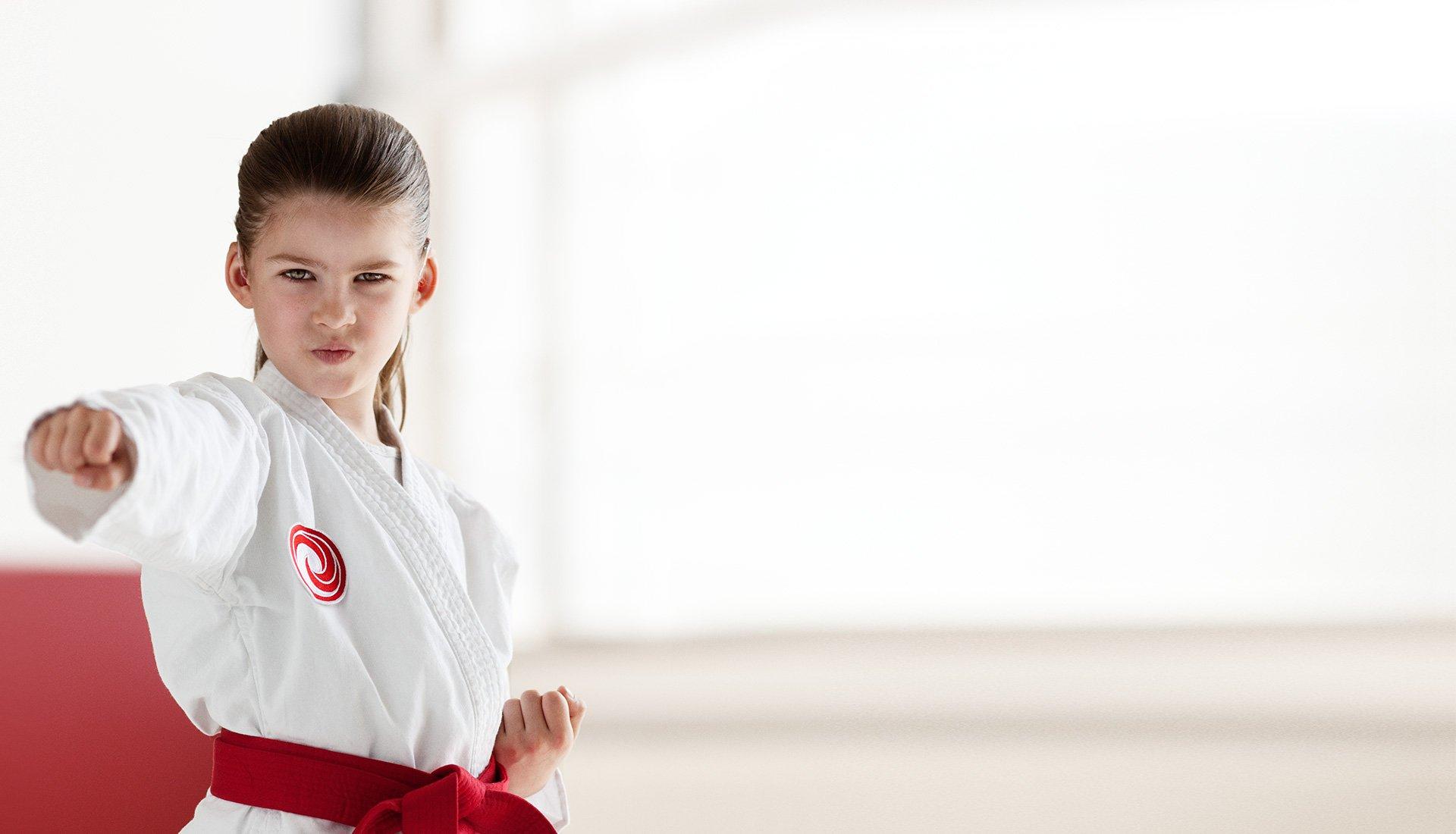 petite fille en tenue de judo karaté