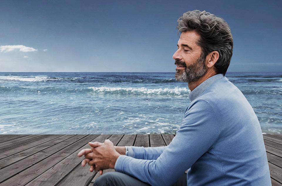 homme apaisé au bord de l'océan avec des vagues