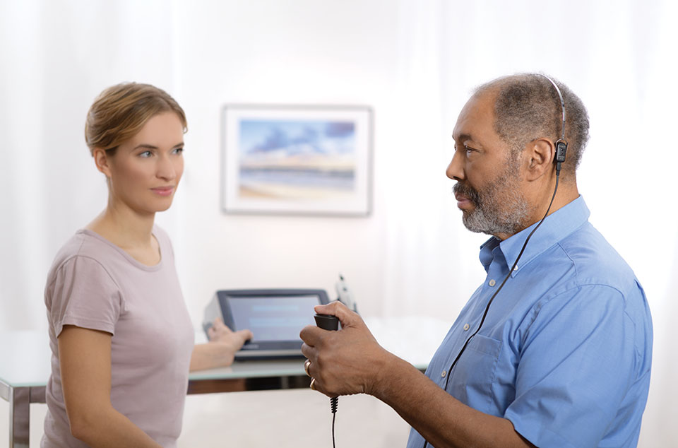 Älterer Patient mit Ohrstöpseln bei der Impedanzmessung