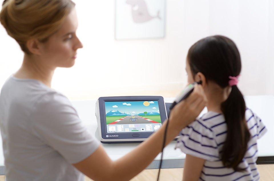 Audiologin führt  Mittelohrtest bei Kind durch