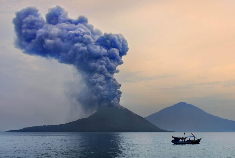 Vulcano di Krakatau alla luce della sera
