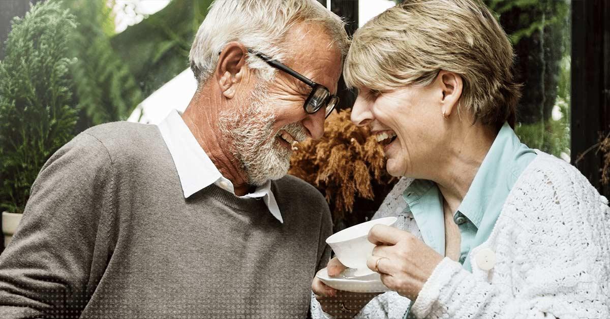 Una coppia anziana ride insieme