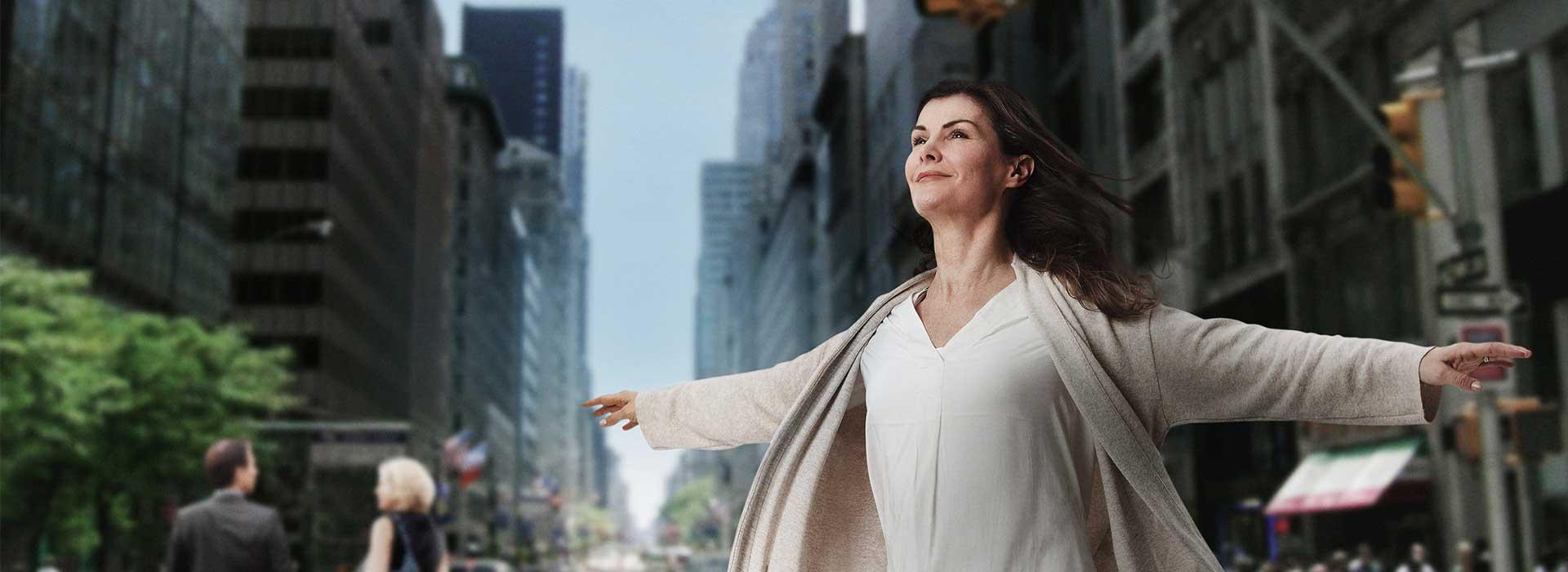 Una donna distende le braccia e si sente libera