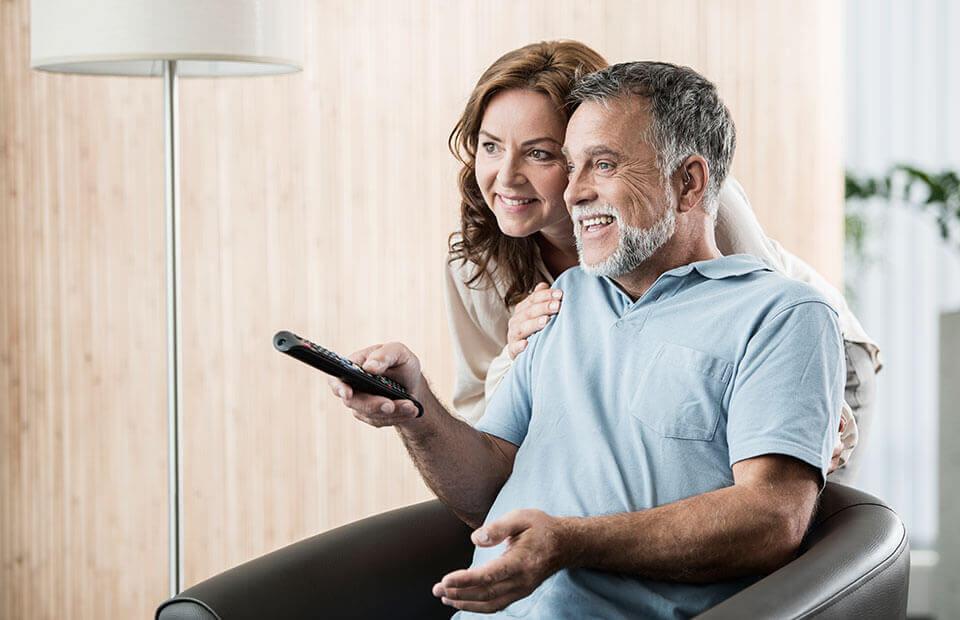 Una coppia di sposi che guarda la televisione