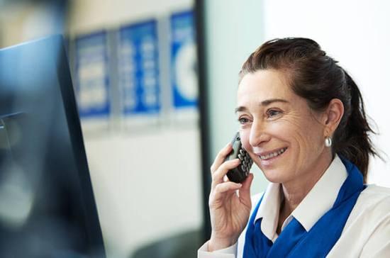 Immagine di una audioprotesista al telefono