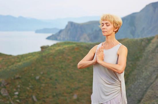 Una donna che fa yoga nella natura