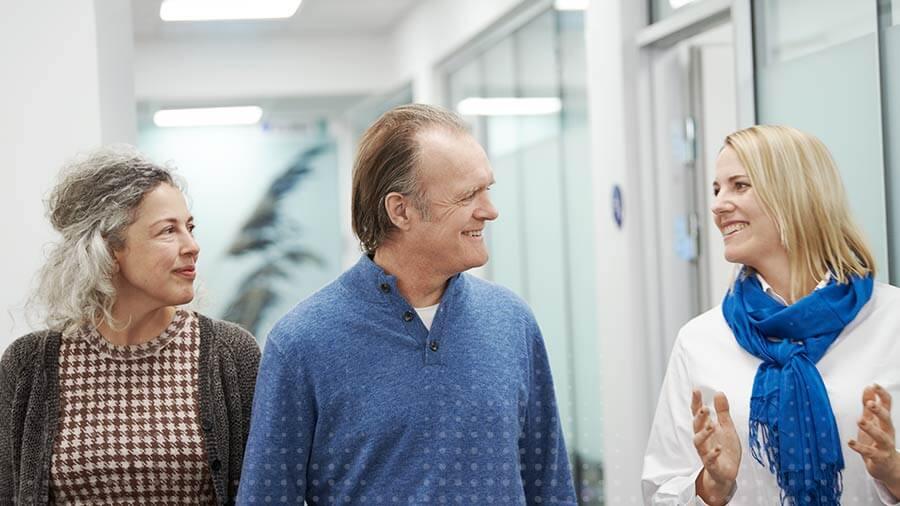 Audioprotesista con una coppia di clienti