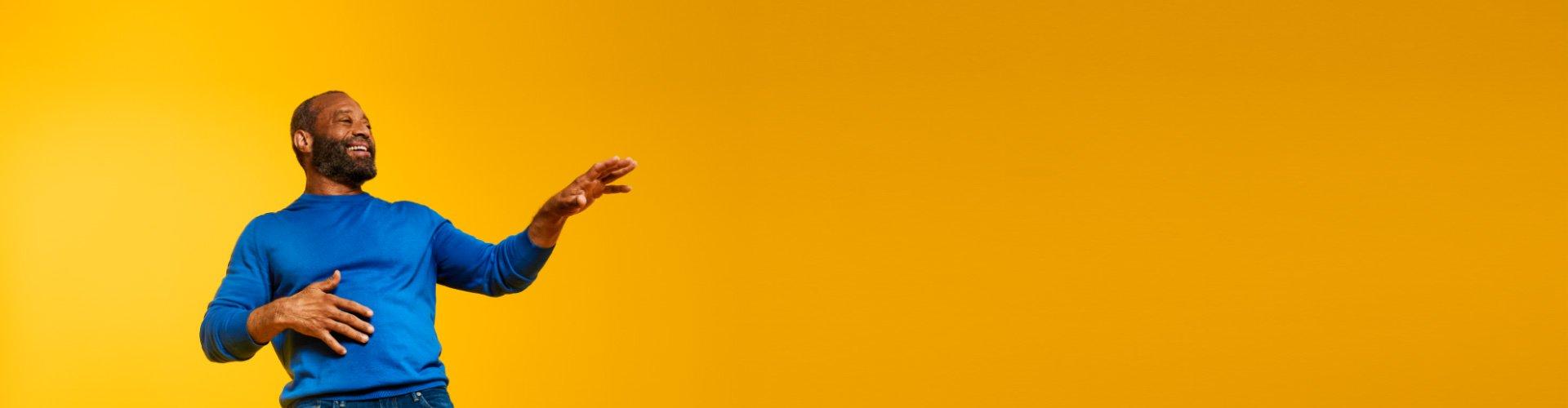 フィリップス ヒアリンク補聴器を装用した男性が、音楽を聴きながら大切な人と交流する場面