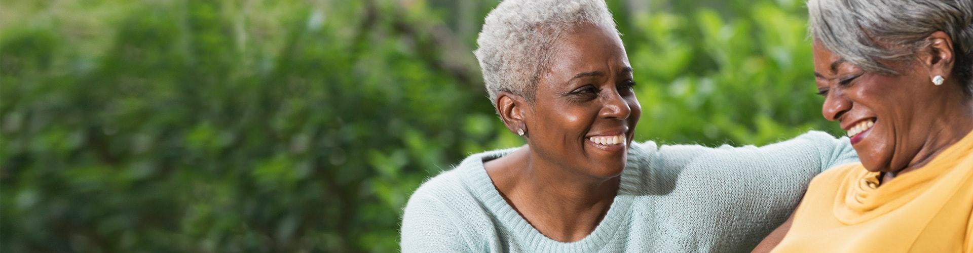 会話を交わす2人の女性。フィリップスヒアリングソリューションのサポートによって聞こえを高め、周囲とのつながりを深めることを助けます。
