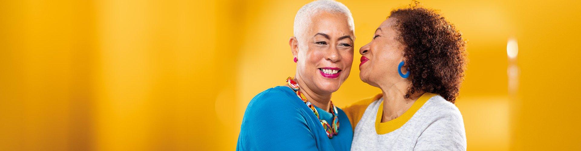 두 명의 여성이 서로 듣고 얘기하고 있습니다. 청력 손실이 있어도 필립스 히어링크(HearLink) 보청기로 계속 잘 들을 수 있습니다.