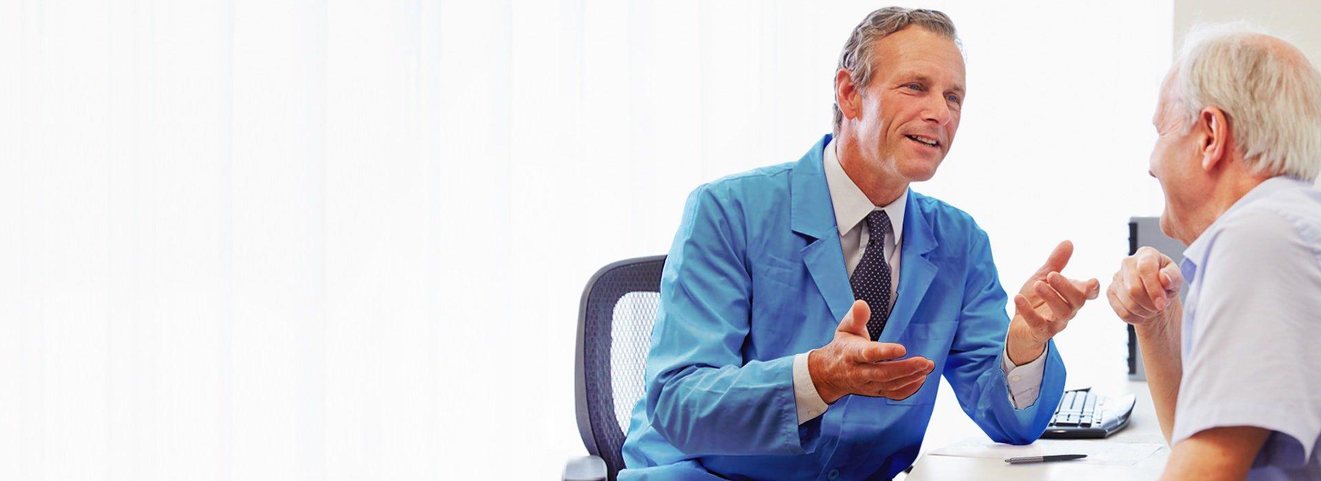 청력 관리 전문가 또는 청각사/청능사와 상담하는 남성