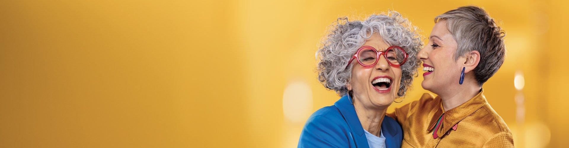 Dwie kobiety nawiązujące łączność. Philips Hearing Solutions pomaga ci aktywnie słuchać, abyś mógł aktywnie uczestniczyć.