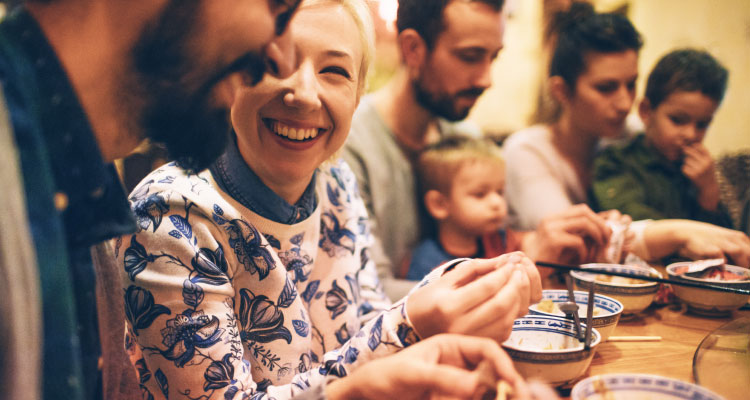 Dzięki aparatom słuchowym Philips HearLink słyszysz lepiej i możesz cieszyć się kolacją z rodziną.