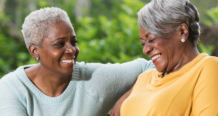 兩位女士正在交流。飛利浦助聽解決方案部門讓您更有效地傾聽拉近彼此距離,讓心與心之間更靠近