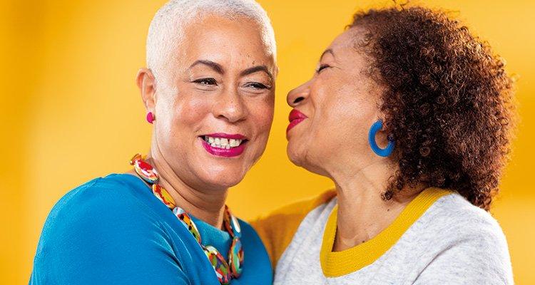 兩位女士正在交談。使用飛利浦 HearLink 助聽器,即使聽力受損也可以正常交流。