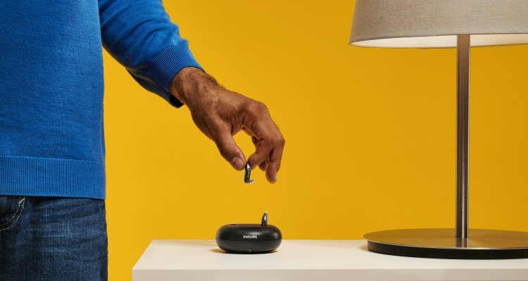 男士將飛利浦充電式助聽器放入充電座.3小時充電時間,就可享有一整天的完整聆聽.